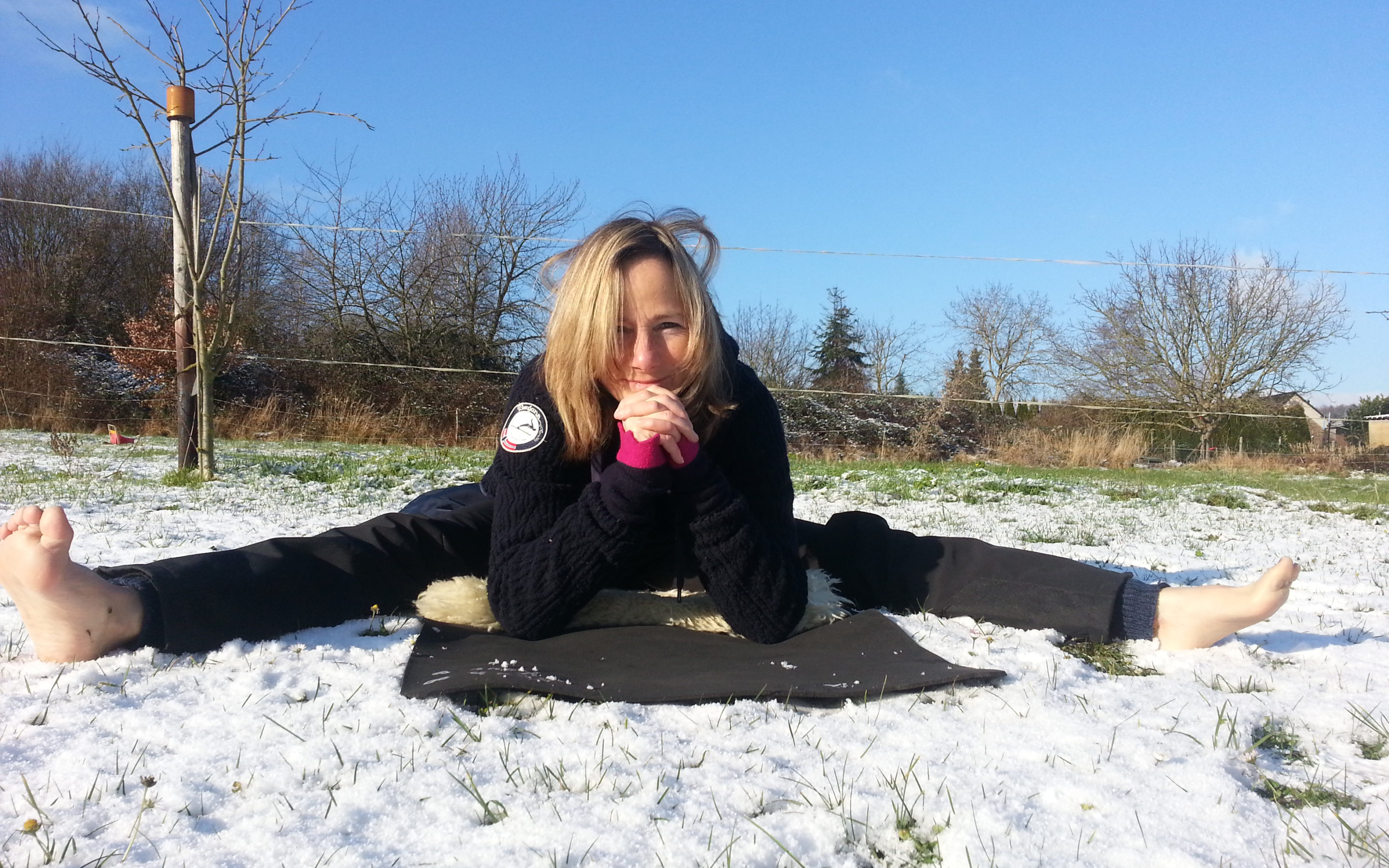Anita_Klein_Yoga_Upavishtha_Konasana_Winter_Outdoor